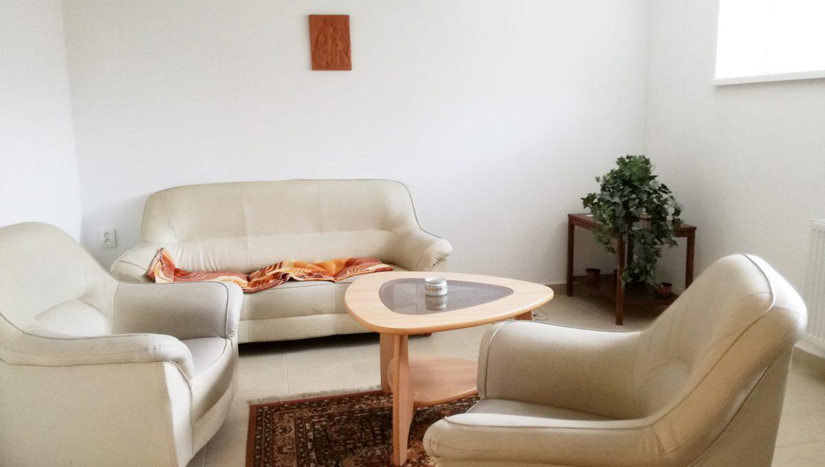 Komarno-09-budova-na-predaj-administrativa-polyfunkcia-sluzby-pohlad-na-sedaciu-supravu-v-miestnosti-pre-zamestnancov
