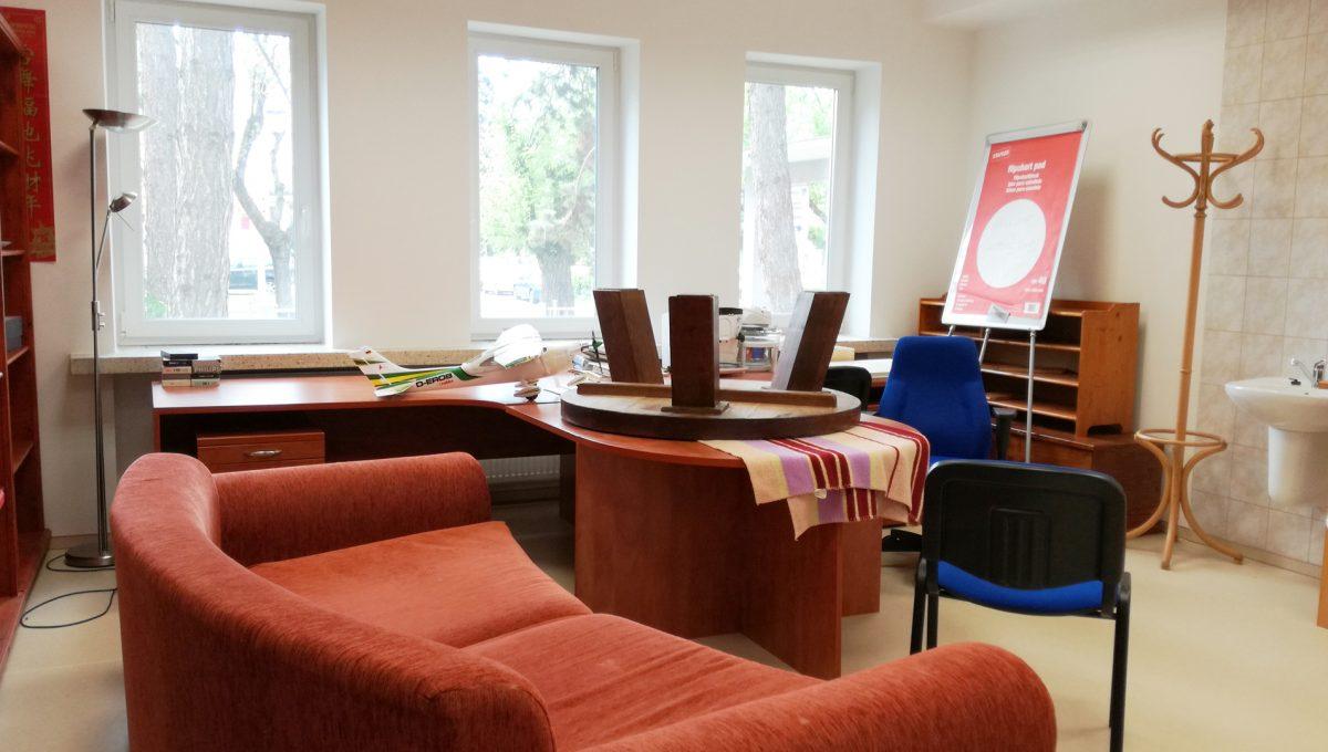 Komarno-13-budova-na-predaj-administrativa-polyfunkcia-sluzby-pohlad-na-velku-kancelariu-alebo-zasadaciu-skoliaciu-miestnost