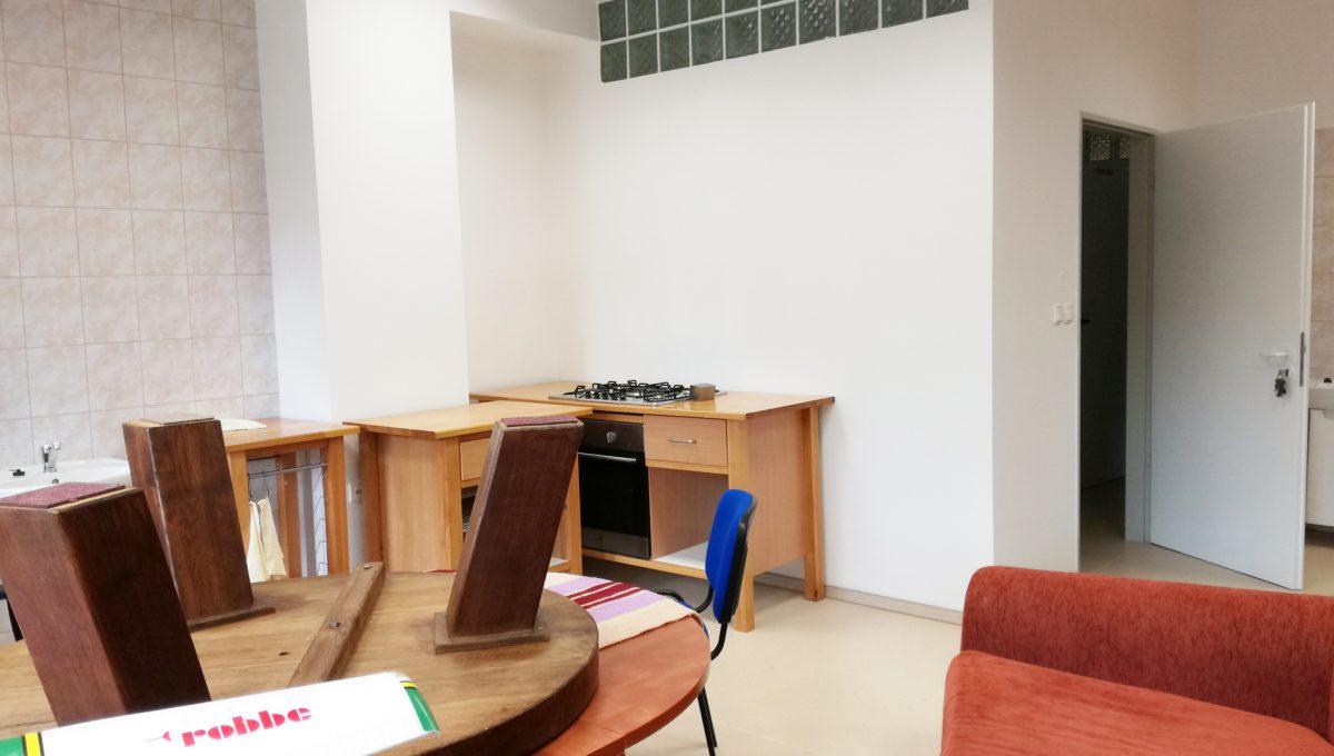 Komarno-14-budova-na-predaj-administrativa-polyfunkcia-sluzby-pohlad-na-vstup-do-velkej-kancelarie-alebo-zasadacej-skoliacej-miestnosti