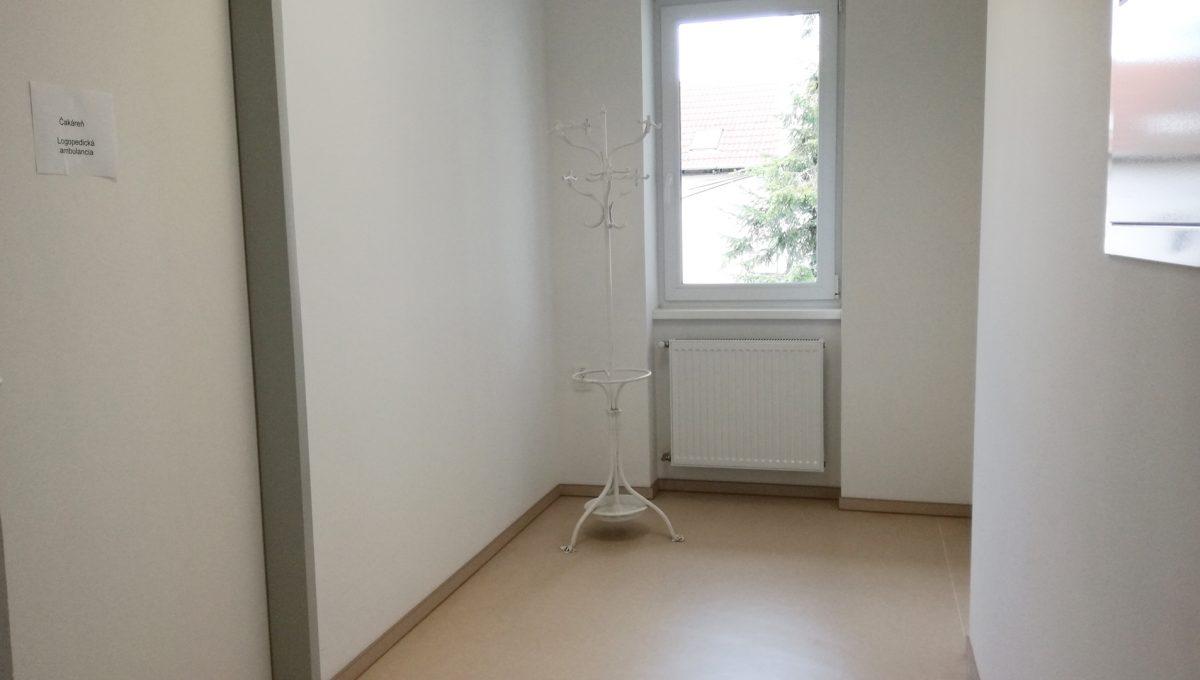 Komarno-15-budova-na-predaj-administrativa-polyfunkcia-sluzby-pohlad-na-chodbu-cakaren