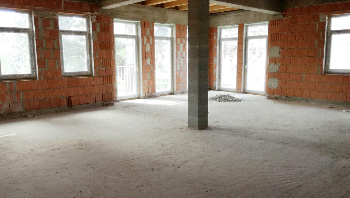 Komarno-17-budova-na-predaj-administrativa-polyfunkcia-sluzby-pohlad-na-velky-otvoreny-holopriestor-na-vrchnom-podlazi