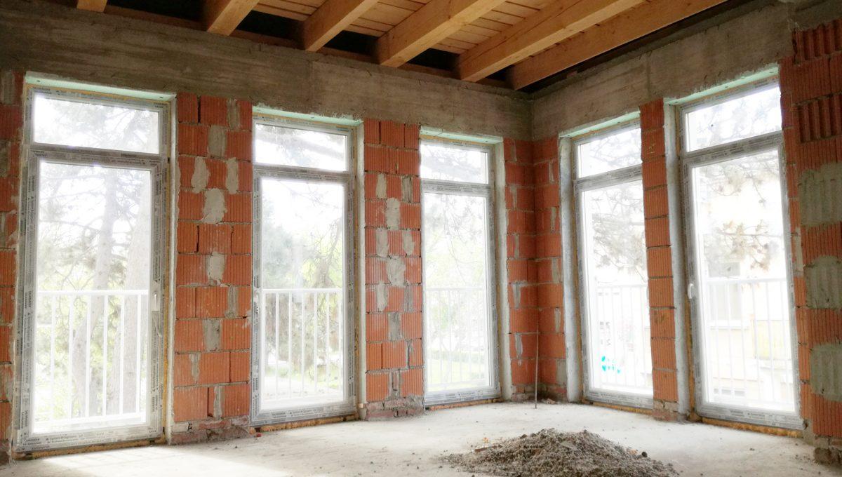 Komarno-18-budova-na-predaj-administrativa-polyfunkcia-sluzby-pohlad-na-roh-velkej-otvorenej-miestnosti-so-sklenenymi-tabulami-oknami