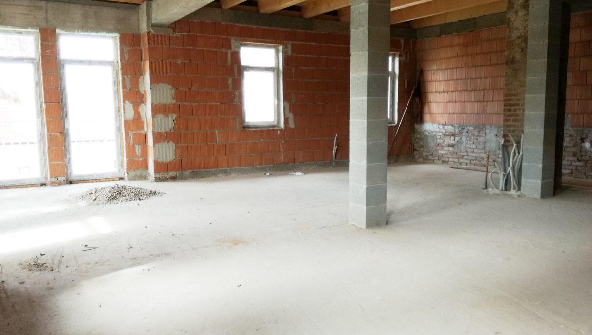 Komarno-20-budova-na-predaj-administrativa-polyfunkcia-sluzby-pohlad-na-miestnost-velky-otvoreny-priestor-na-vrchnom-podstresnom-podlazi