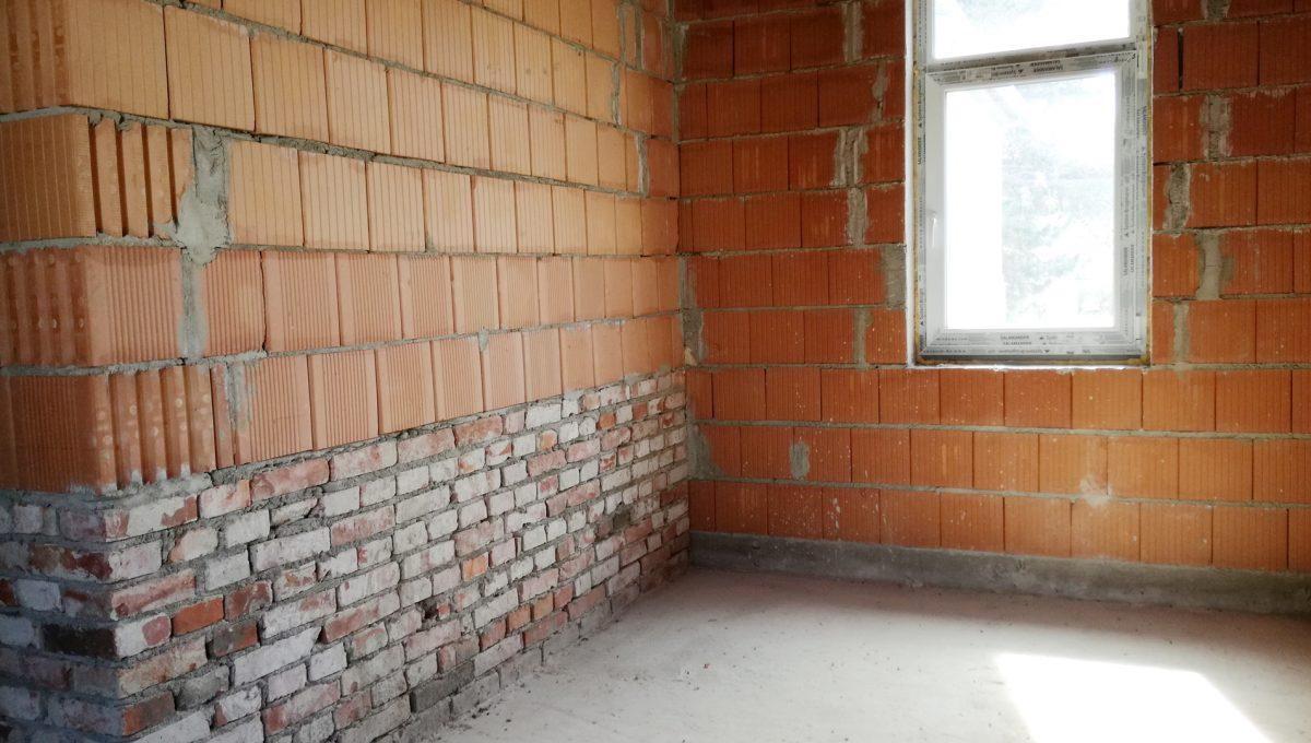 Komarno-24-budova-na-predaj-administrativa-polyfunkcia-sluzby-pohlad-na-holopriestor-s-oknom-na-podstresnom-podlazi