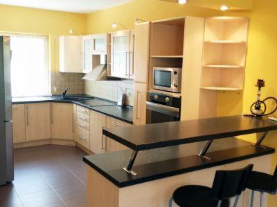 Malinovo-4-izbovy-rodinny-dom-pekna-kuchyna-pohlad-na-kuchynsku-linku-a-barove-sedenie