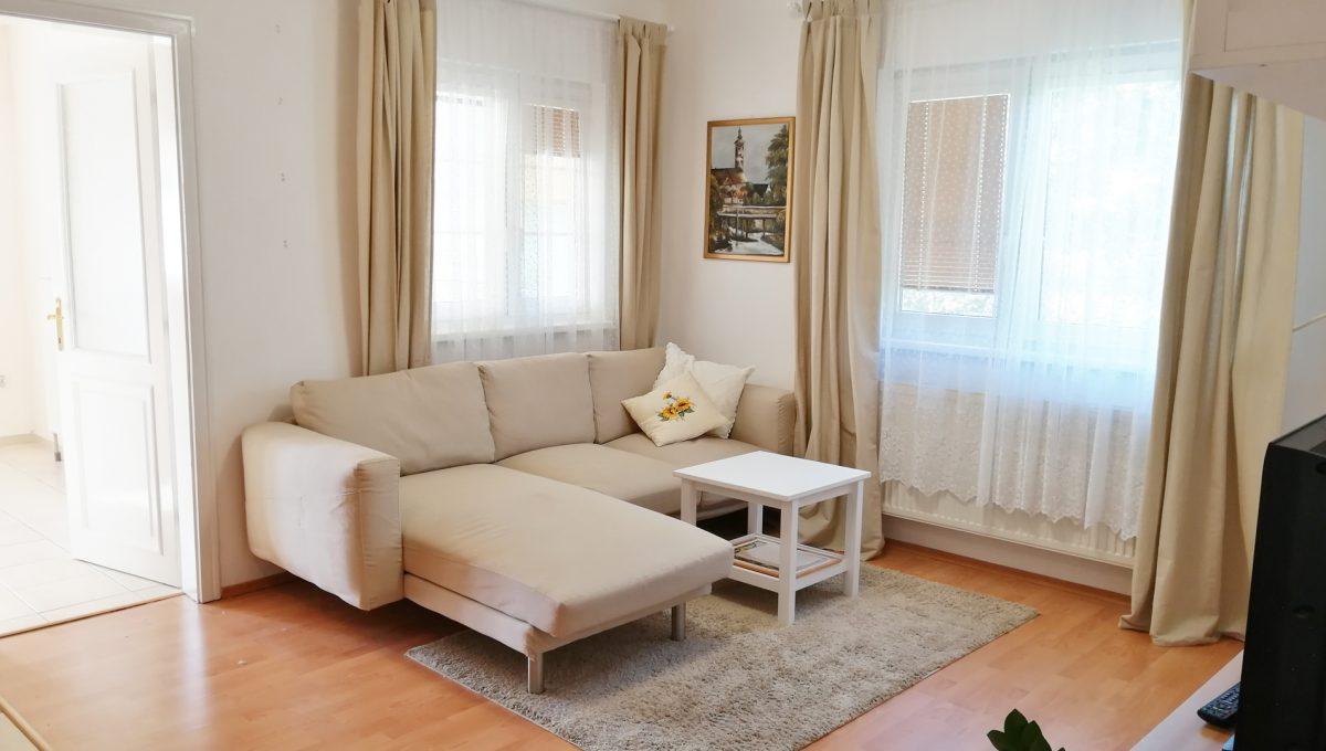Miloslavov-02-3-izbovy-rodinny-dom-drevodom-pohlad-na-obyvaciu-izbu-so-sedacou-supravou-a-vstup-do-kuchyne