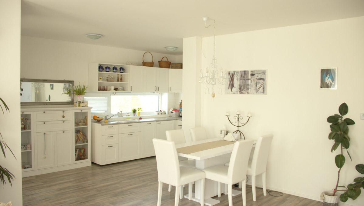 Miloslavov 02 rodinny dom 4 izbovy bungalov pohlad z obyvacej izby na jedalensku cast so sedenim s kuchynou