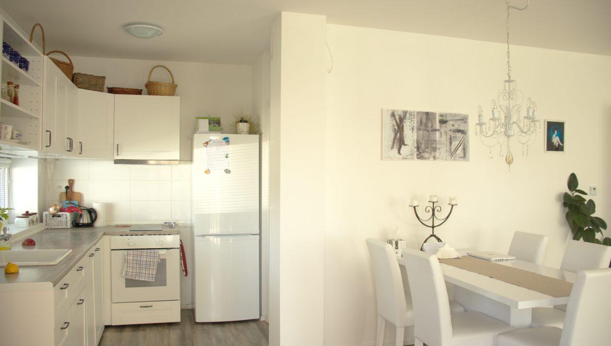 Miloslavov 03 rodinny dom 4 izbovy bungalov pohlad od vstupu z terasy na kuchynu s jedalenskou castou