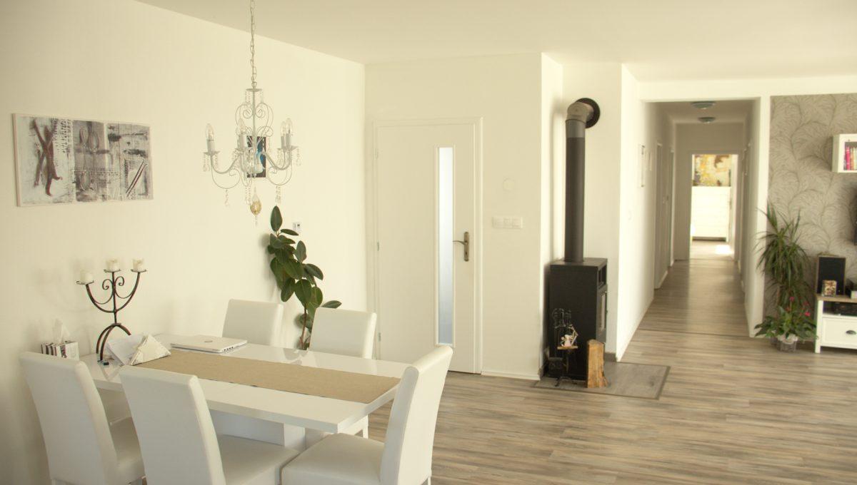 Miloslavov 04 rodinny dom 4 izbovy bungalov pohlad na jedalensku cast chodbu domu a vstup