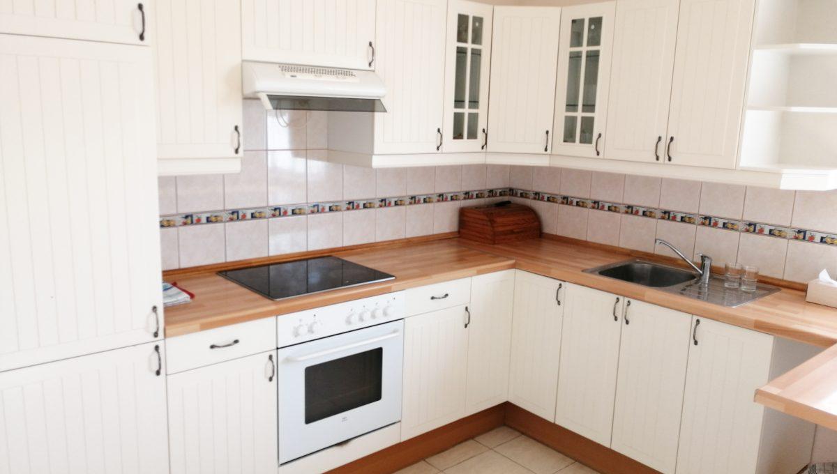 Miloslavov-05-3-izbovy-rodinny-dom-drevodom-pohlad-na-zariadenu-kuchynsku-linku-v-priestrannej-kuchyni-s-komorou