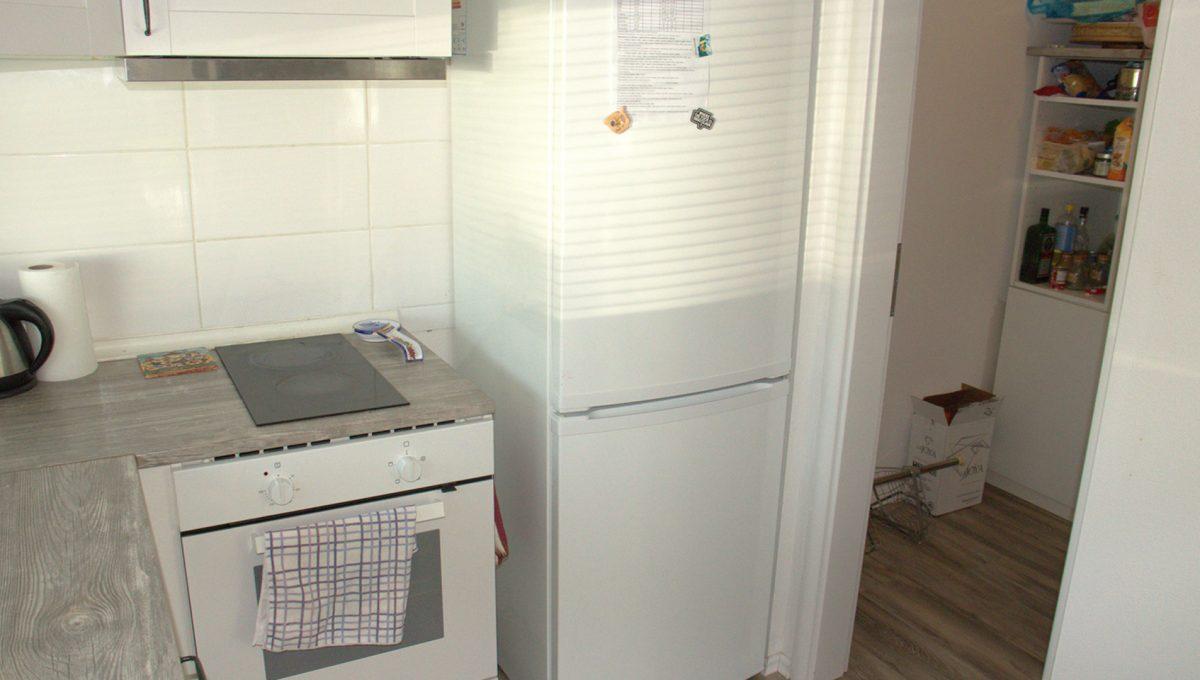 Miloslavov 05 rodinny dom 4 izbovy bungalov pohlad na cast kuchynskej linky s chladnickou a mraznickou so vstupom do murovanej spajzy