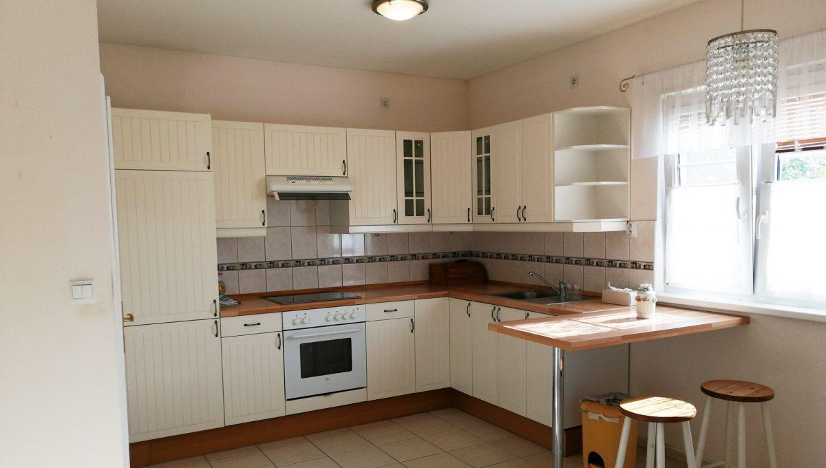Miloslavov-06-3-izbovy-rodinny-dom-drevodom-pohlad-na-kuchynu-s-peknou-kuchynskou-linkou-spolu-s-jedalenskou-castou