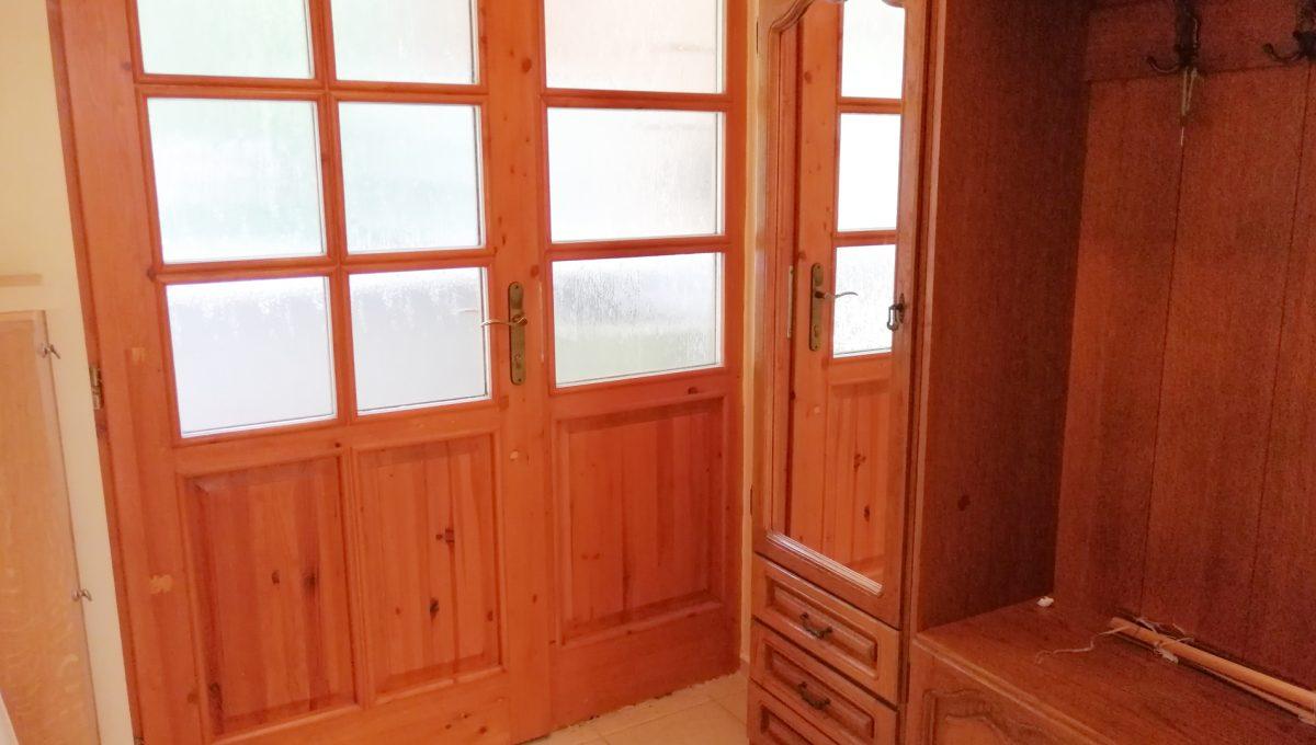 Miloslavov-08-3-izbovy-rodinny-dom-drevodom-pohlad-na-vstupnu-chodbu
