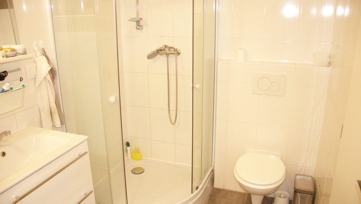 Miloslavov 09 rodinny dom 4 izbovy bungalov pohlad sprchovy kut a umyvadlo v kupelni spolu s toaletou