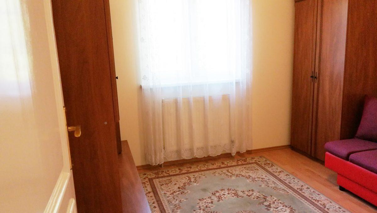 Miloslavov-10-3-izbovy-rodinny-dom-drevodom-pohlad-na-samostatnu-neprechodnu-spalnu