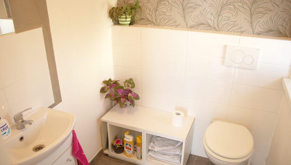 Miloslavov 10 rodinny dom 4 izbovy bungalov pohlad na samostatnu toaletu s umyvadlom