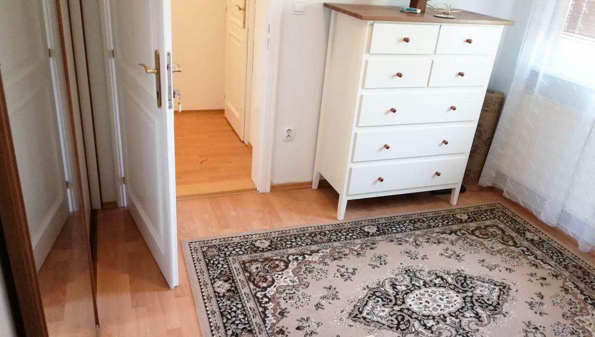 Miloslavov-11-3-izbovy-rodinny-dom-drevodom-pohlad-na-spalnu-a-vstup-do-izby