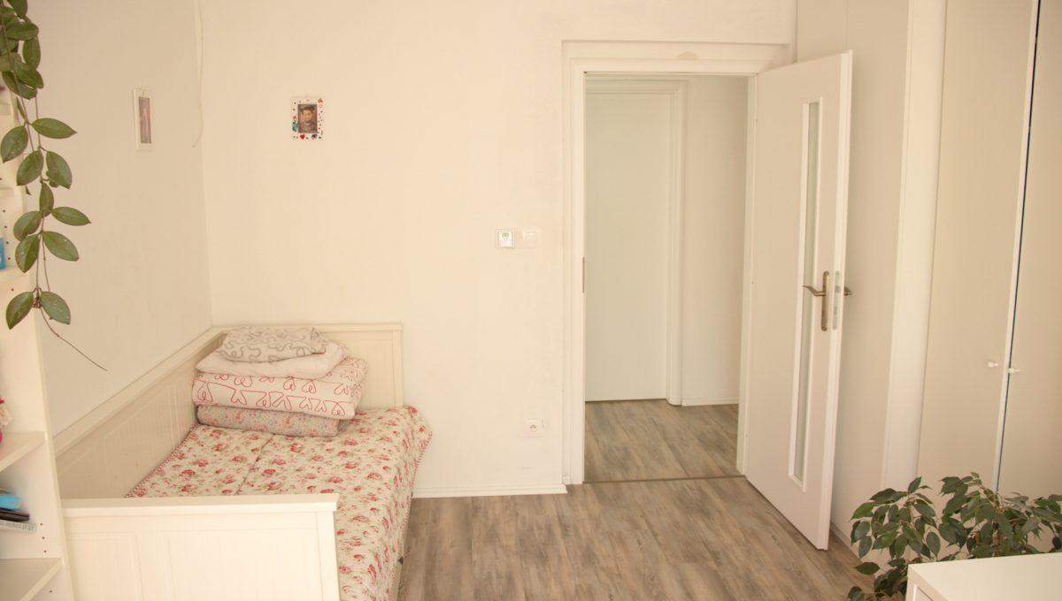 Miloslavov 13 rodinny dom 4 izbovy bungalov pohlad od okna na detsku izbu zariadenu pre dievca
