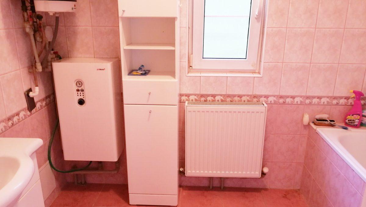 Miloslavov-15-3-izbovy-rodinny-dom-drevodom-pohlad-na-vacsiu-kupelnu-v-dome-s-umyvadlom-a-vanou-a-elektrickym-kotlom