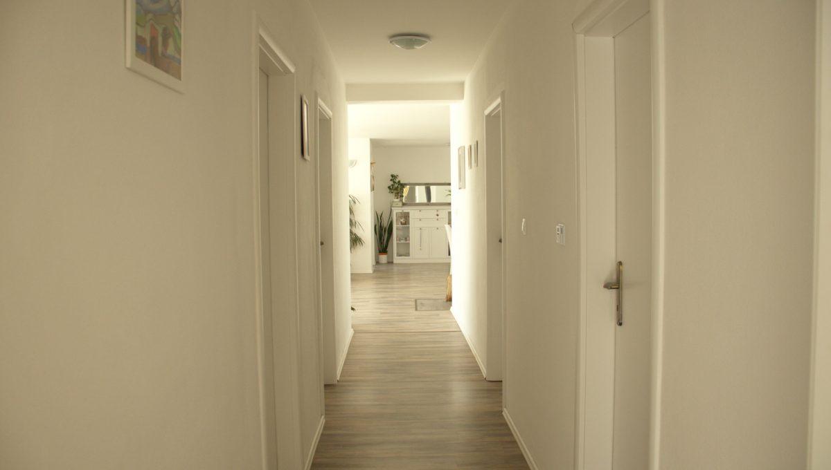 Miloslavov 16 rodinny dom 4 izbovy bungalov pohlad zo spalne na chodbu smerom do obyvacej izby s jedalnou a kuchynou
