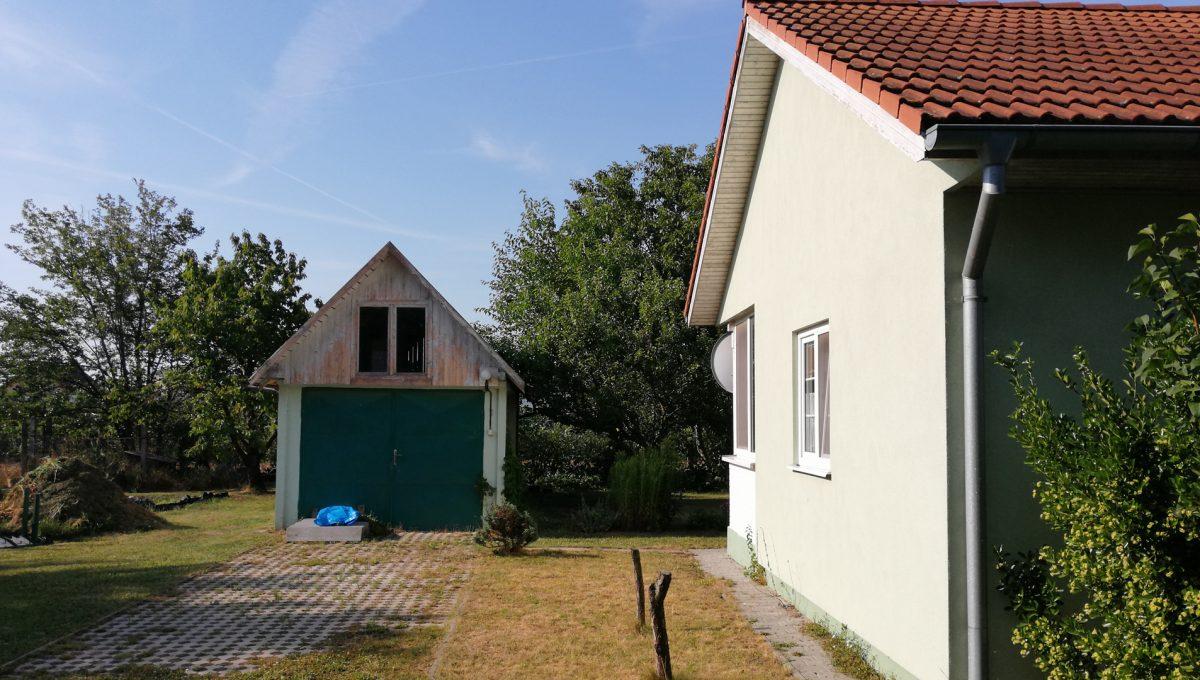 Miloslavov-17-3-izbovy-rodinny-dom-drevodom-pohlad-na-dom-na-vychodnej-strane-a-samostatne-stojacu-garaz-s-podkrovim