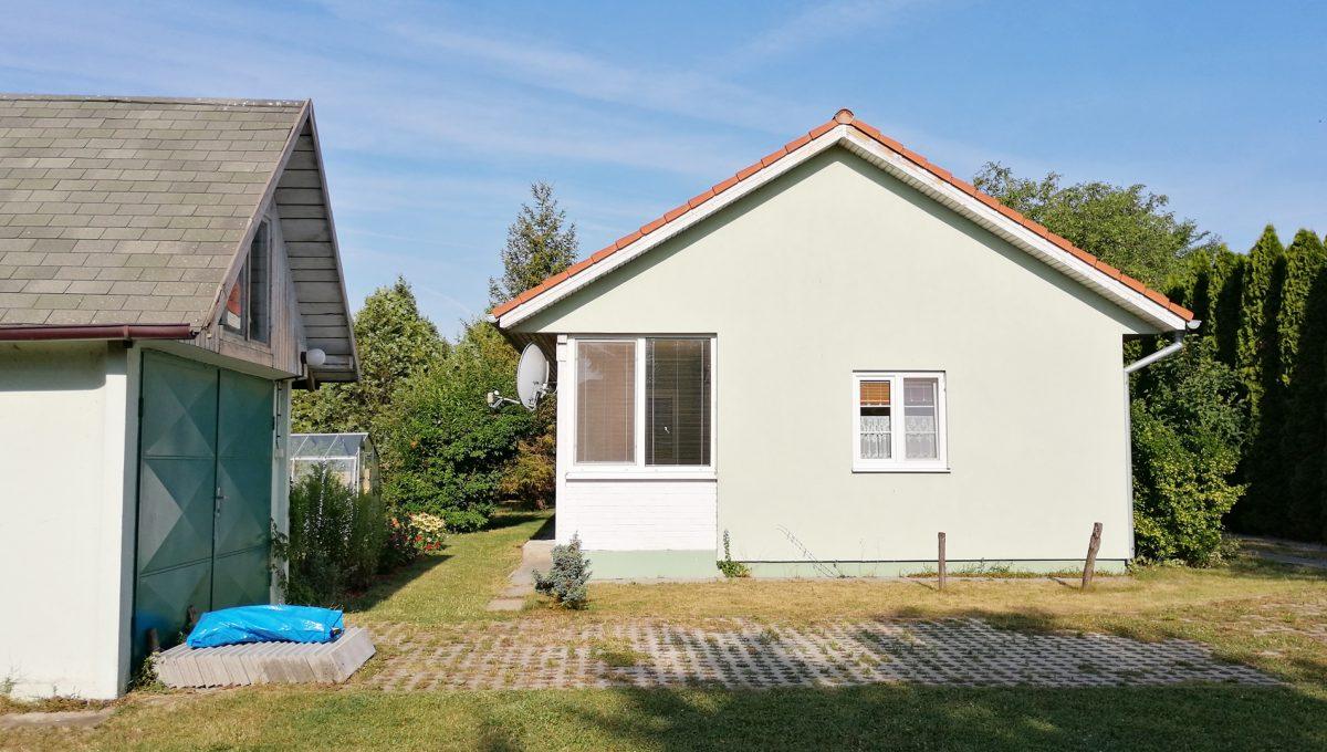 Miloslavov-18-3-izbovy-rodinny-dom-drevodom-pohlad-z-vychodu-na-dom-a-samostatne-stojacu-garaz