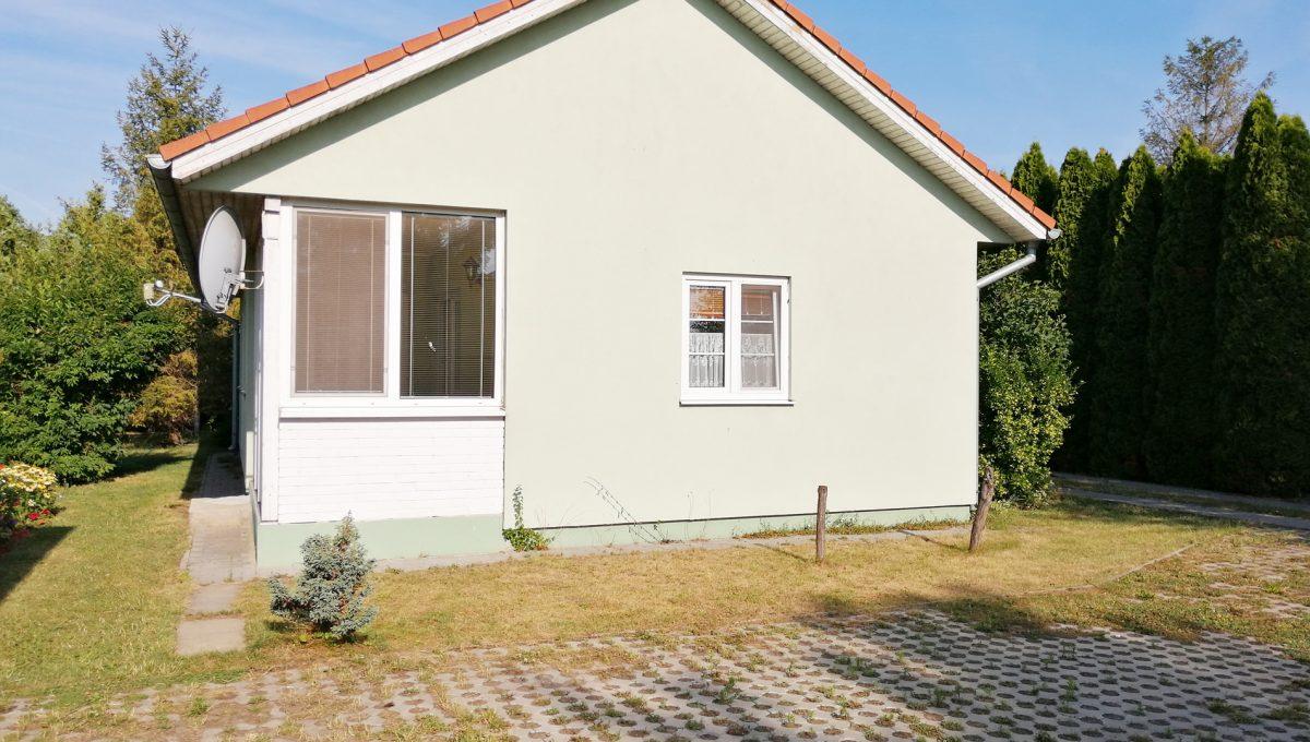 Miloslavov-19-3-izbovy-rodinny-dom-drevodom-pohlad-na-samostatne-stojaci-utulny-dom