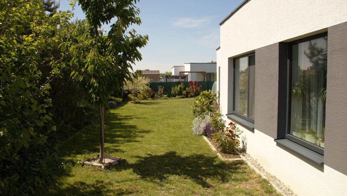 Miloslavov 19 rodinny dom 4 izbovy bungalov pohlad od terasy spalne na pozemok
