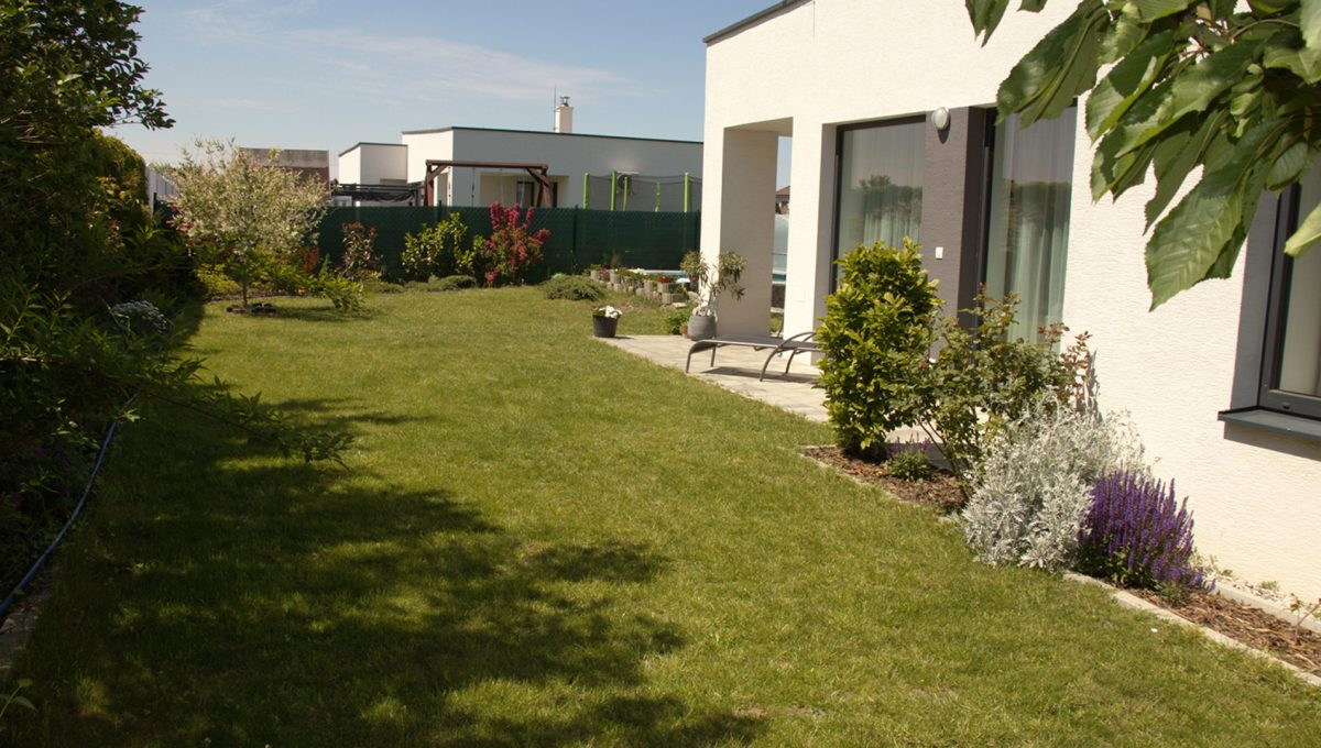 Miloslavov 20 rodinny dom 4 izbovy bungalov pohlad na pozemok s castou domu s terasou