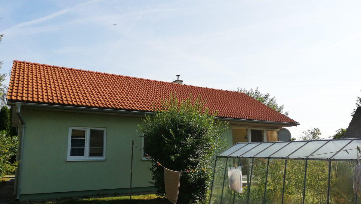 Miloslavov-21-3-izbovy-rodinny-dom-drevodom-pohlad-na-dom-z-juznej-strany-so-sklenikom-na-zahrade