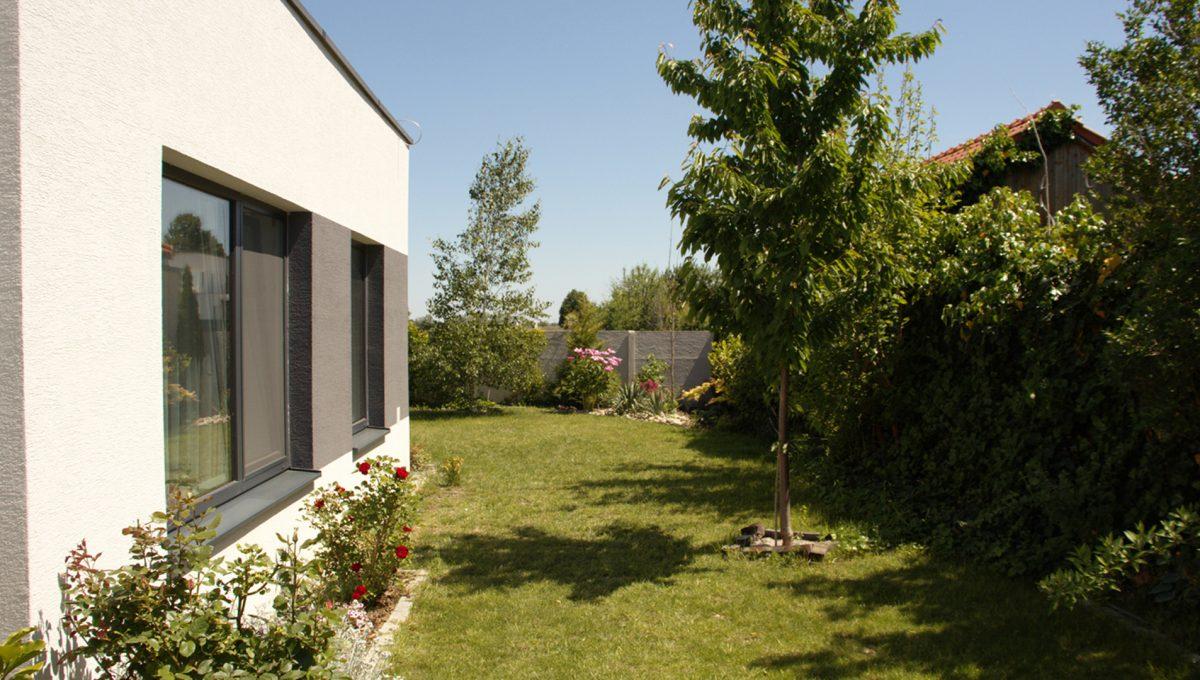 Miloslavov 21 rodinny dom 4 izbovy bungalov pohlad na okna izieb a pozemok s upravou