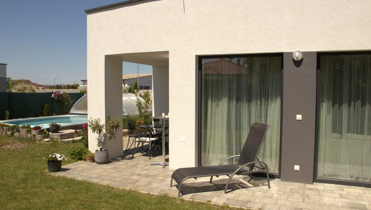 Miloslavov 24 rodinny dom 4 izbovy bungalov pohlad na terasu s oknami do obyvacej izby a v pozadi cast bazena s morskou vodou