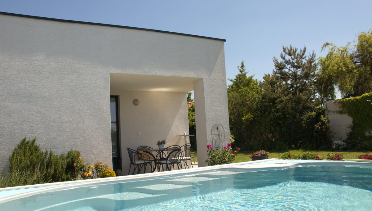 Miloslavov 25 rodinny dom 4 izbovy bungalov pohlad na bazen s morskou vodou a v pozadi krytu terasu so vstupom do kuchyne
