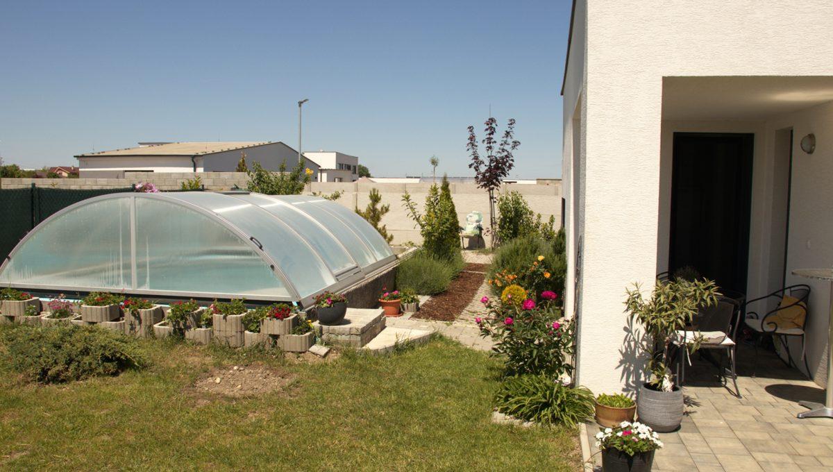 Miloslavov 27 rodinny dom 4 izbovy bungalov pohlad na terasu so vstupom z kuchyne a zakryty bazen s morskou vodou
