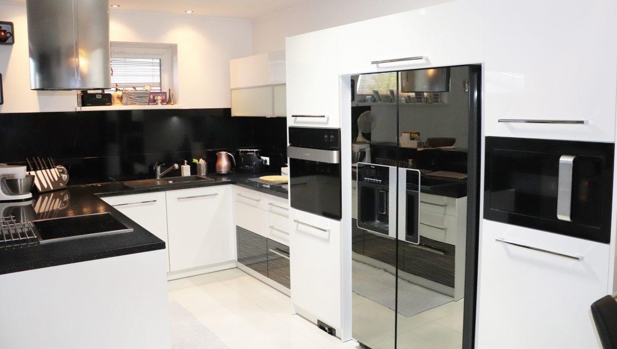 Nova Dedinka 01 krasny 5 izbovy rodinny dom na predaj s velkym pozemkom pohlad na kuchynsku linku so vstavanymi spotrebicmi v modernom prevedeni