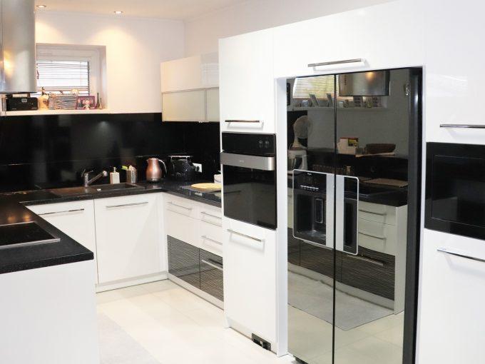 Nova-Dedinka-01-krasny-5-izbovy-rodinny-dom-na-predaj-s-velkym-pozemkom-pohlad-na-kuchynsku-linku-so-vstavanymi-spotrebicmi-v-modernom-prevedeni