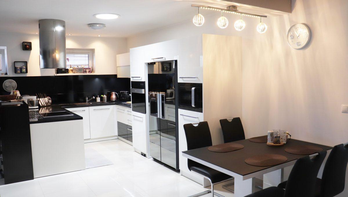 Nova Dedinka 02 krasny 5 izbovy rodinny dom na predaj s velkym pozemkom pohlad na modernu kuchynsku linku so vstavanymi spotrebicmi a jedalenskou castou