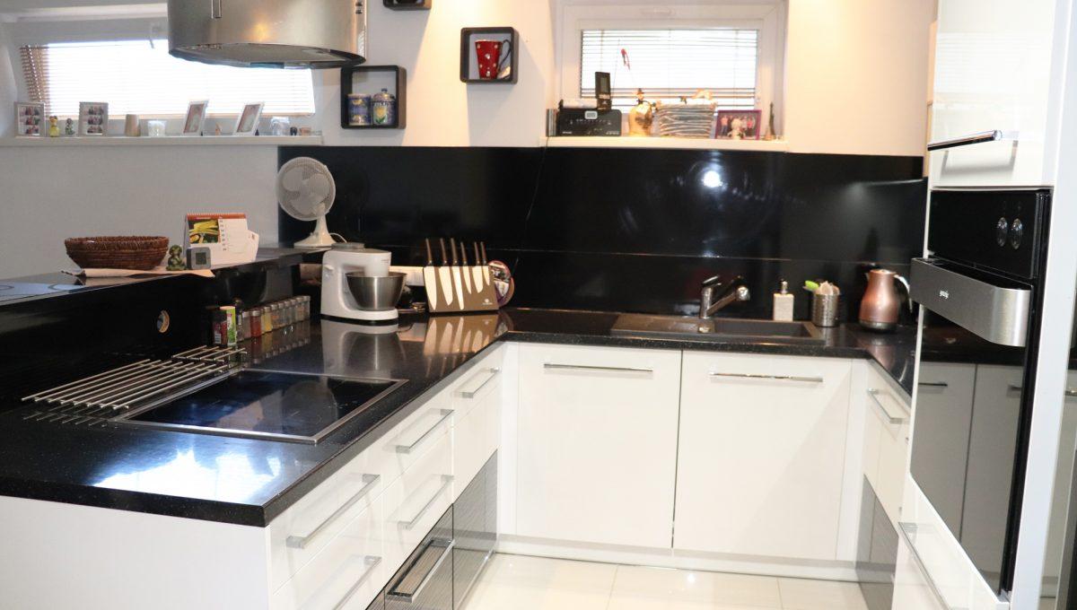 Nova Dedinka 04 krasny 5 izbovy rodinny dom na predaj s velkym pozemkom pohlad od jedalenskeho stola na modernu kuchynsku linku so vstavanymi spotrebicmi