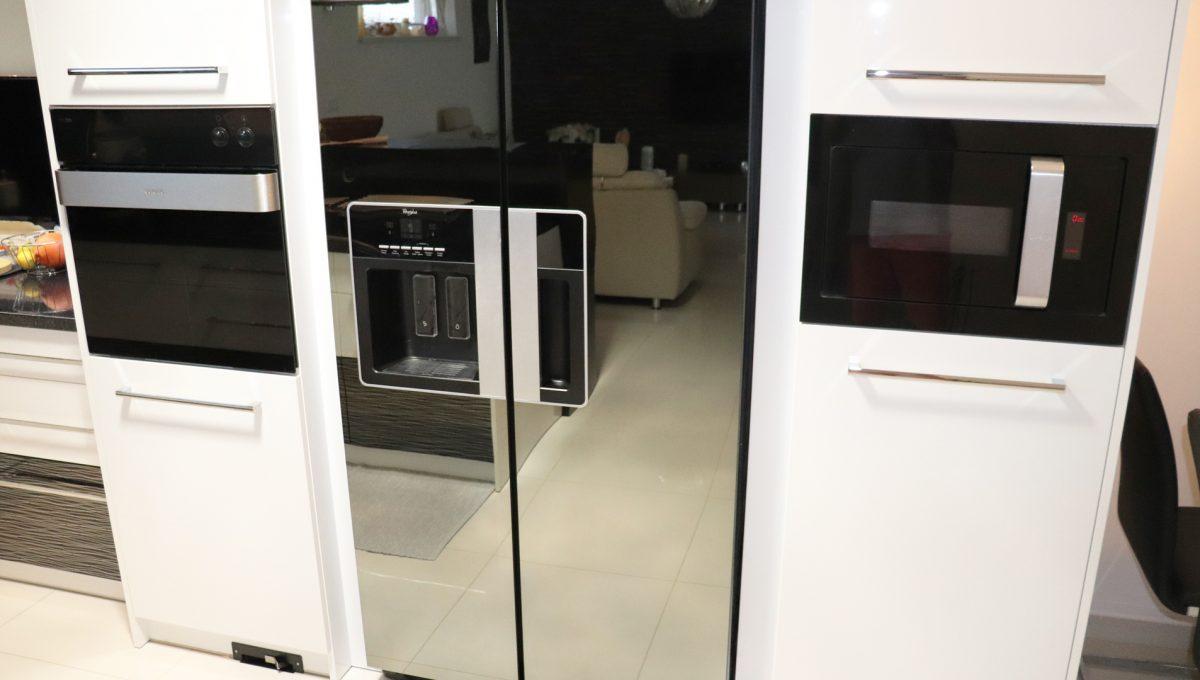 Nova Dedinka 05 krasny 5 izbovy rodinny dom na predaj s velkym pozemkom pohlad na na cast kuchynskej linky so zabudovanymi spotrebicmi