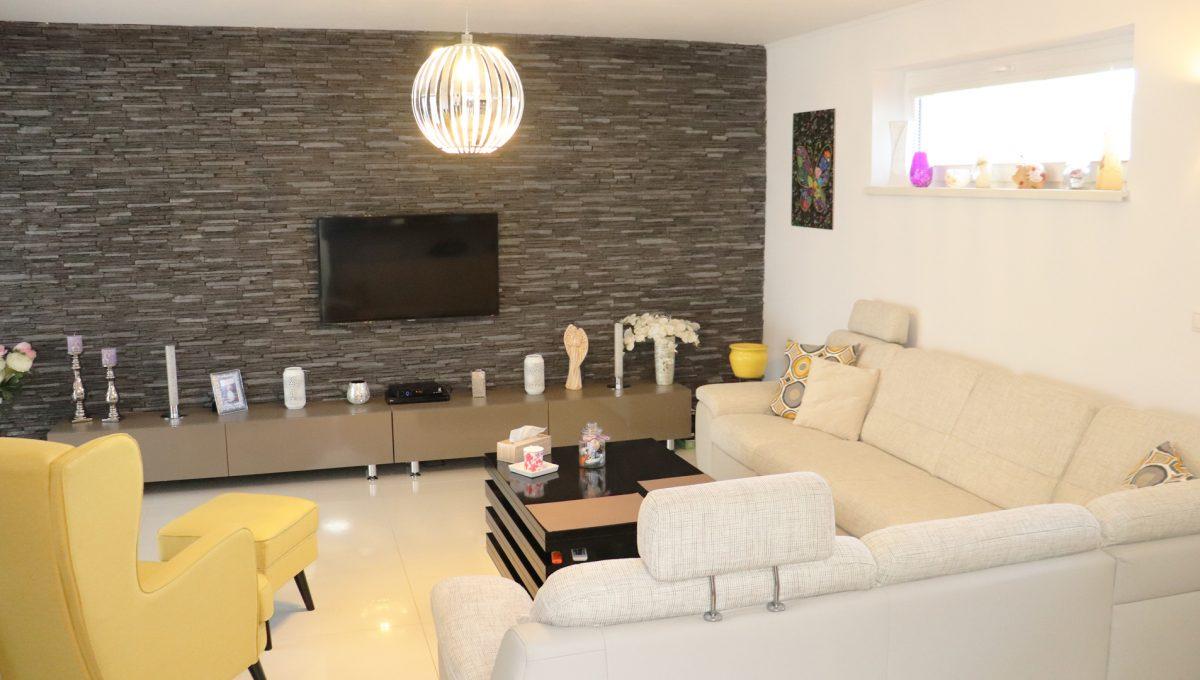 Nova Dedinka 08 krasny 5 izbovy rodinny dom na predaj s velkym pozemkom pohlad z kuchyne na obývaciu cast so sedacou supravou
