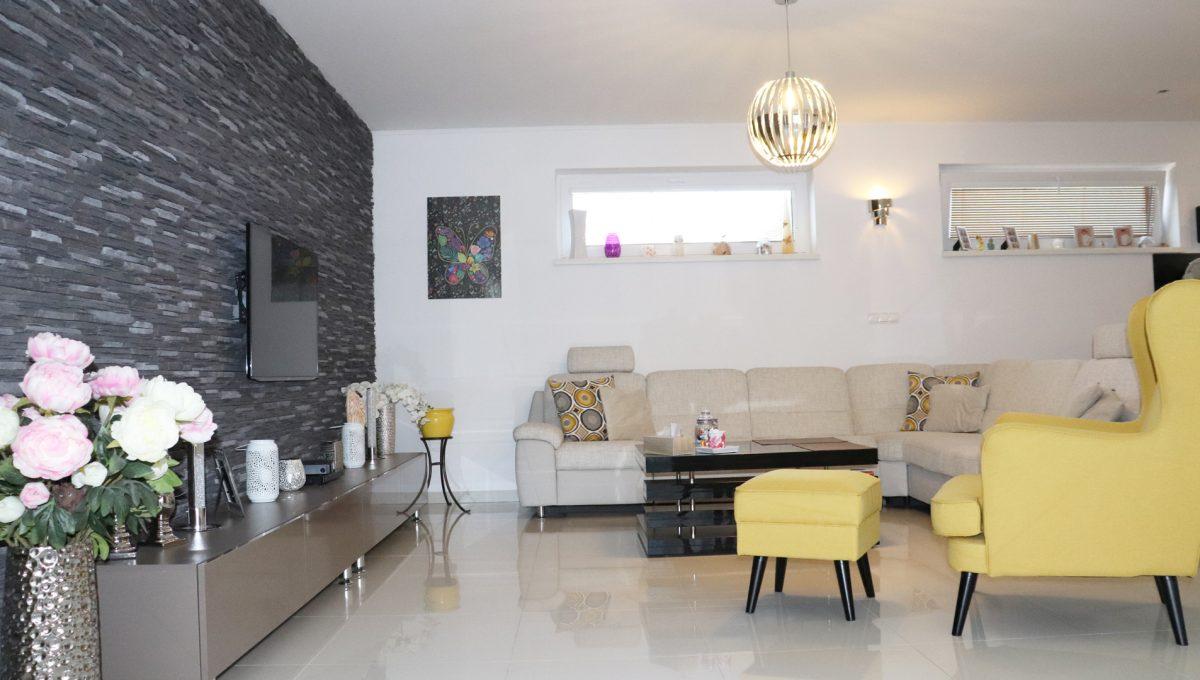 Nova Dedinka 10 krasny 5 izbovy rodinny dom na predaj s velkym pozemkom pohlad zo zimnej zahrady na obyvaciu izbu so sedacou supravou a zariadenim