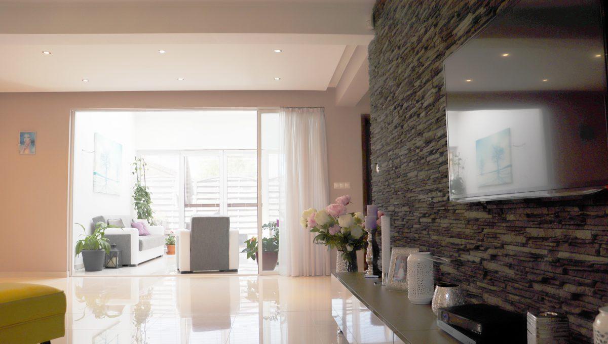 Nova Dedinka 11 krasny 5 izbovy rodinny dom na predaj s velkym pozemkom pohlad z obyvacky smerom na vstup do zimnej zahrady