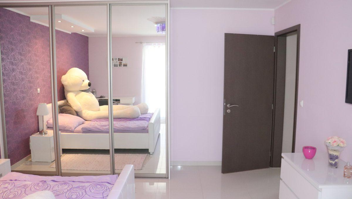 Nova Dedinka 21 krasny 5 izbovy rodinny dom na predaj s velkym pozemkom pohlad od okna na zariadenu dievcensku izbu a vstup do nej