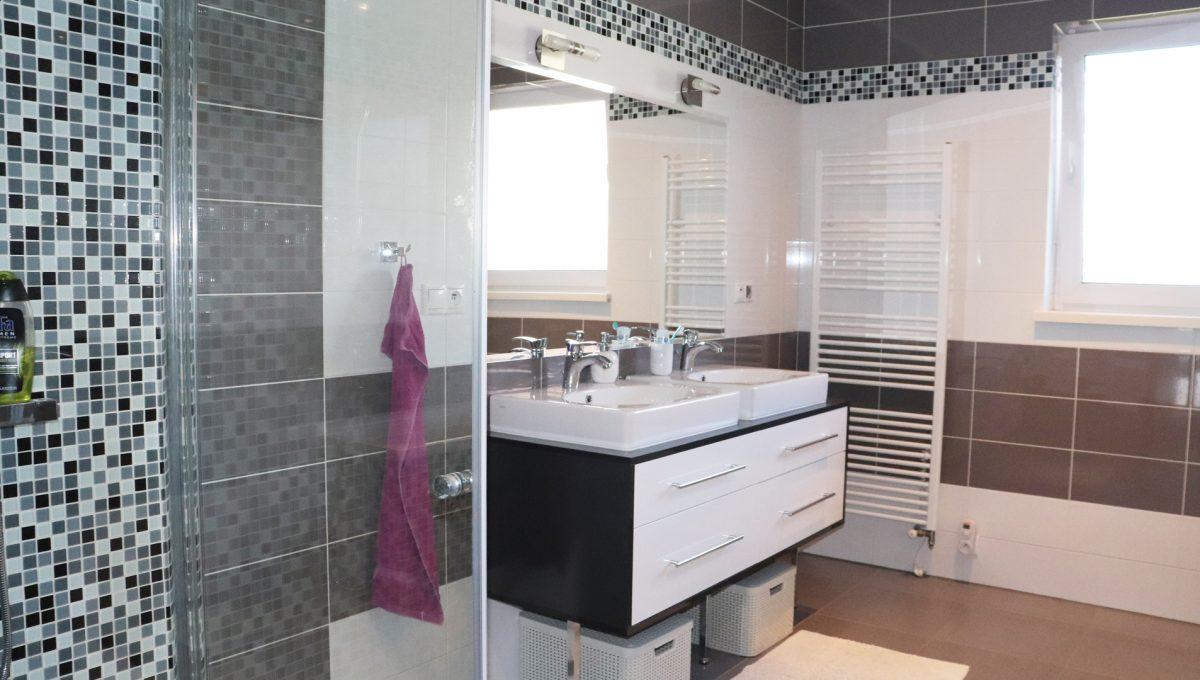 Nova Dedinka 23 krasny 5 izbovy rodinny dom na predaj s velkym pozemkom pohlad na hlavnu kupelnu s toaletou vanou a presklenym sprchovym kutom