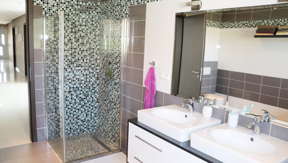 Nova Dedinka 24 krasny 5 izbovy rodinny dom na predaj s velkym pozemkom pohlad na dovjumyvadlo v hlavnej kupelni so sprchovym kutom a chodbou rodinneho domu