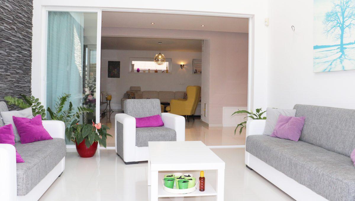 Nova Dedinka 27 krasny 5 izbovy rodinny dom na predaj s velkym pozemkom pohlad na zimnu zahradu so sedenim a vstupom do obyvacej casti domu