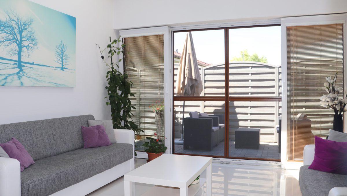Nova Dedinka 29 krasny 5 izbovy rodinny dom na predaj s velkym pozemkom pohlad na zariadenu zimnu zahradu so vstupom na terasu pri rodinnom dome
