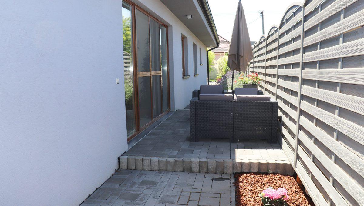 Nova Dedinka 30 krasny 5 izbovy rodinny dom na predaj s velkym pozemkom pohlad na mensiu terasu pri dome so vstupom do zimnej zahrady