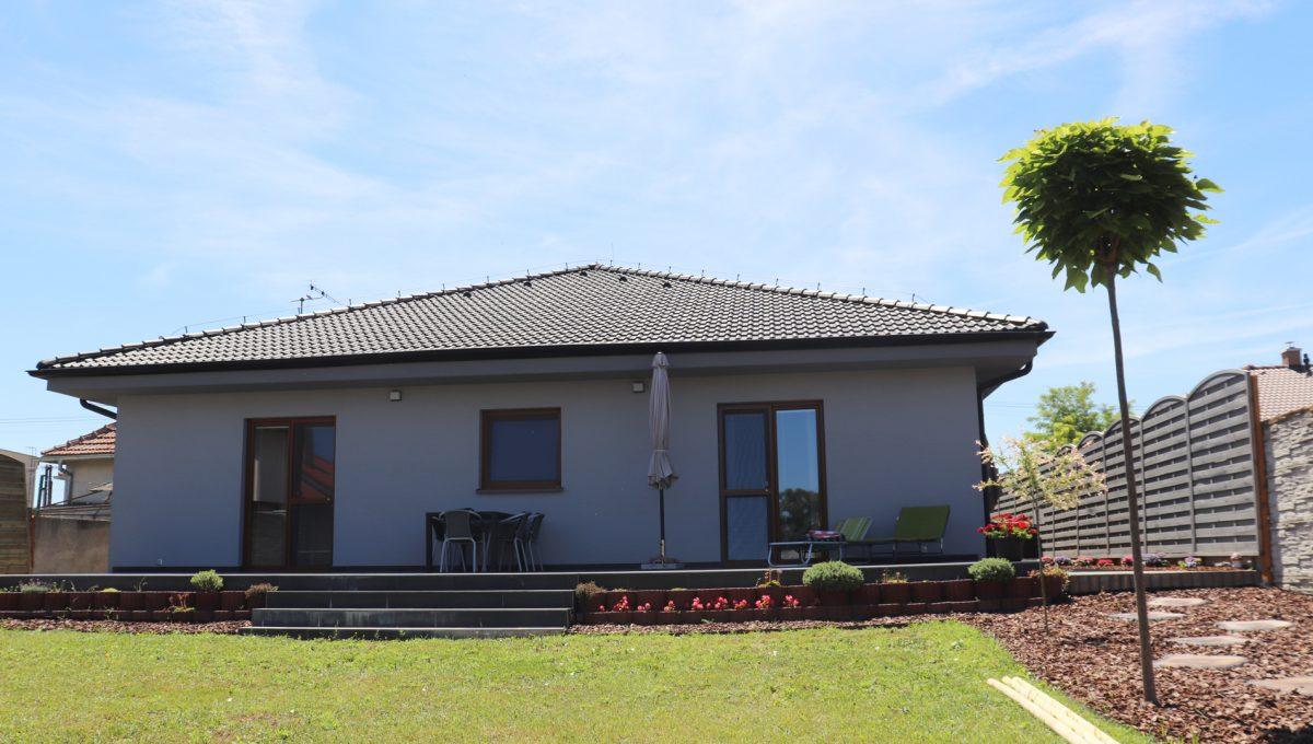 Nova Dedinka 31 krasny 5 izbovy rodinny dom na predaj s velkym pozemkom pohlad zo zahrady na zadnu cast rodinneho domu s terasou a vstupom do dvoch izieb
