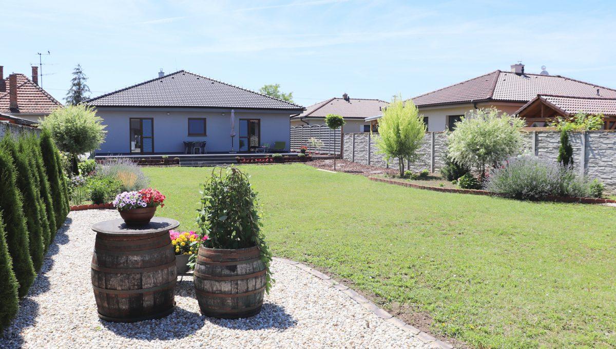 Nova Dedinka 33 krasny 5 izbovy rodinny dom na predaj s velkym pozemkom pohlad od letnej kuchyne na upravenu zahradu a dom